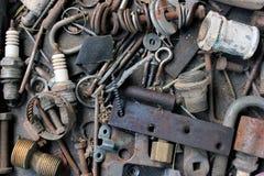 Asphaltieren Sie Kramhintergrund - alte Bolzenschrauben und kleine Stahlwerkzeugteile Lizenzfreies Stockbild