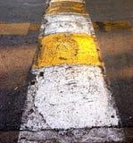 Asphaltieren Sie Linie, um die Geschwindigkeit von Fahrzeugen zu verringern Stockfoto