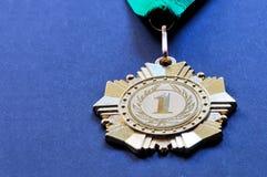 Asphaltieren Sie Medaille der Goldfarbe für den Sieger Lizenzfreie Stockfotografie