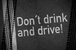 Asphaltieren Sie mit trinken nicht und fahren lizenzfreie stockbilder