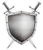 Asphaltieren Sie mittelalterliches Schild und gekreuzte Klingen hinter ihm lokalisierten Stockfoto