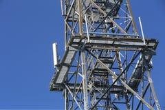 Asphaltieren Sie Rahmen von Telekommunikation hochragen vor einem dunkelblauen Himmel lizenzfreies stockbild