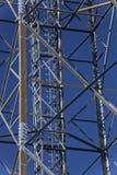 Asphaltieren Sie Rahmen von Telekommunikation hochragen vor einem dunkelblauen Himmel lizenzfreies stockfoto