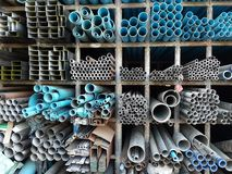 Asphaltieren Sie Rohr- und PVC-Rohrstapel auf Regal Lizenzfreie Stockfotografie