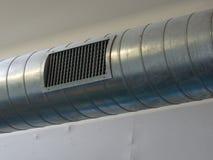 Asphaltieren Sie Rohrleitung und Düse einer Klimaanlage stockfotos