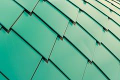 Asphaltieren Sie Schindeln auf dem Dach in Form von den Diamanten, die gehen zu überschneiden Blechtafeln sind flaches, gemaltes  Lizenzfreie Stockfotos