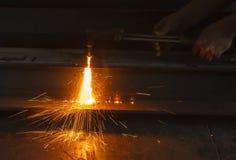 Asphaltieren Sie Schneider, Stahlausschnitt mit Acetylenfackel Lizenzfreies Stockbild