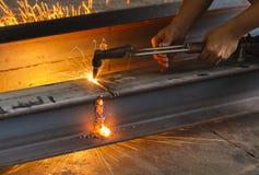 Asphaltieren Sie Schneider, Stahlausschnitt mit Acetylenfackel Lizenzfreie Stockfotos