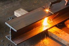 Asphaltieren Sie Schneider, Stahlausschnitt mit Acetylenfackel Lizenzfreie Stockbilder