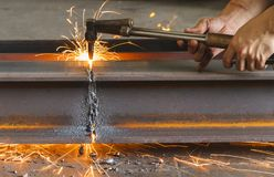 Asphaltieren Sie Schneider, Stahlausschnitt mit Acetylenfackel Stockfoto