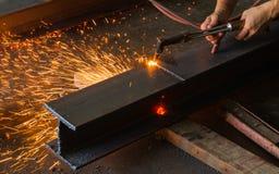 Asphaltieren Sie Schneider, Stahlausschnitt mit Acetylenfackel Stockbild