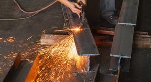 Asphaltieren Sie Schneider, Stahlausschnitt mit Acetylenfackel Lizenzfreies Stockfoto