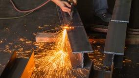 Asphaltieren Sie Schneider, Stahlausschnitt mit Acetylenfackel Stockfotografie