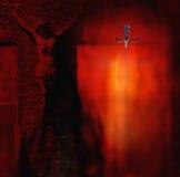 Asphaltieren Sie Skulptur des gekreuzigten Gekreuzigten in einem dunklen r lizenzfreies stockfoto