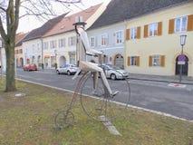 Asphaltieren Sie Skulptur des Pennyfarthings in schlechtem Radkersburg Stockbilder