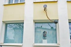 Asphaltieren Sie städtische ungewöhnliche Skulpturen an der Wand von Novgorod-Mitte der zeitgenössischer Kunst in Veliky Novgorod Lizenzfreie Stockbilder