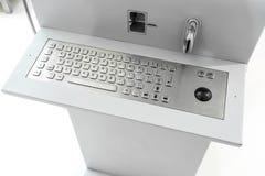 Asphaltieren Sie Tastatur mit schwarzem Rollenball und -Kreditkartenleser Stockfoto