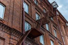 Asphaltieren Sie Treppenhaus auf der Ziegelsteinfassade des Altbaus Stockfotografie