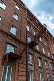 Asphaltieren Sie Treppenhaus auf der Ziegelsteinfassade des Altbaus Lizenzfreies Stockbild