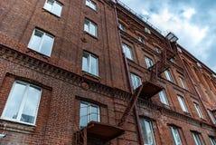 Asphaltieren Sie Treppenhaus auf der Ziegelsteinfassade des Altbaus Lizenzfreie Stockfotografie