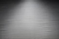 Asphaltieren Sie Wand mit unsichtbaren Lichtquellen, die das midd belichten Stockbilder