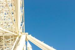 Asphaltieren Sie weißen Rahmen eines Riesenrads auf einem Hintergrund des blauen Himmels AB Lizenzfreies Stockbild