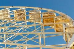 Asphaltieren Sie weißen Rahmen eines Riesenrads auf einem Hintergrund des blauen Himmels AB Lizenzfreie Stockbilder