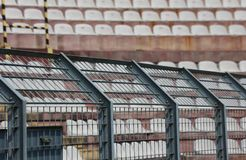Asphaltieren Sie Zaun im Stadion, um die Fans auf den Neigungen für zu teilen lizenzfreie stockbilder