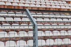Asphaltieren Sie Zaun im Stadion, um die Fans auf den Neigungen für zu teilen stockfoto