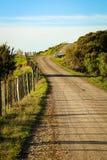 Asphaltierte Landstraße mit Taktstock- und Drahtzaun, Mahia-Halbinsel, Nordinsel, Neuseeland Lizenzfreies Stockbild