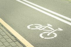 asphaltierter Radweg mit einer Markierung/einem asphaltierten Radweg mit einer Markierung getont lizenzfreies stockbild