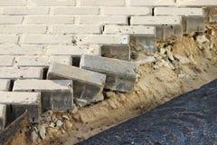 Asphaltierung des Gebiets an einem Handelnbürokomplex mit dem Abbau von Pflastersteinen, der vorher gelegt wurde Stockfotografie