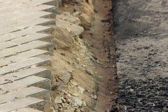 Asphaltierung des Gebiets an einem Handelnbürokomplex mit dem Abbau von Pflastersteinen, der vorher gelegt wurde Lizenzfreie Stockbilder