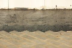 Asphaltierung des Gebiets an einem Handelnbürokomplex mit dem Abbau von Pflastersteinen, der vorher gelegt wurde Lizenzfreie Stockfotografie