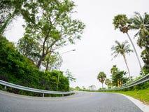 Asphaltstraße auf Hügel mit Grenzgeschwindigkeitszeichenbrett-Seeinsel in Phuket Thailand Lizenzfreies Stockfoto