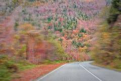Asphaltstraße in den Bergen, um hellen Herbstwald stockbilder