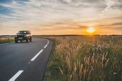 Asphaltstraße in der flachen Landschaft der Niederlande während der Summe Lizenzfreie Stockbilder