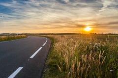 Asphaltstraße in der flachen Landschaft der Niederlande während der Summe Lizenzfreies Stockbild