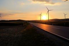 Asphaltstraße, die entlang Windmühlen überschreitet lizenzfreies stockbild
