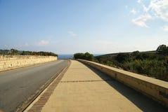 Asphaltstraße durch Mittelmeerklippen Stockfotos
