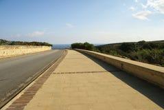 Asphaltstraße durch Mittelmeerklippen Stockfotografie