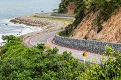 Asphaltstraße entlang tropischer Seeküstenlinie Stockfotos