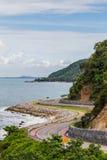 Asphaltstraße entlang tropischer Seeküstenlinie Lizenzfreie Stockfotos