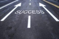 Asphaltstraße mit Erfolgswort Stockbild