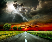Asphaltstraße und Blitz Stockfoto