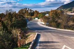 Asphaltstraße zu Gaucin-Stadt in Andalusien, Spanien Lizenzfreies Stockbild