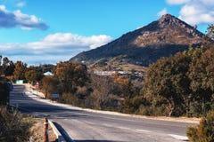 Asphaltstraße zu Gaucin-Stadt in Andalusien, Spanien Lizenzfreie Stockfotografie
