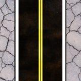 Asphaltstraßebeschaffenheit mit gelbem Streifen Stockfotos