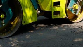 Asphaltstraßenbetoniermaschine macht einen Flecken auf der Straße stock video