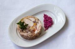 Aspic avec de la viande et le raifort sur une table blanche Vue supérieure Plan rapproché photographie stock libre de droits